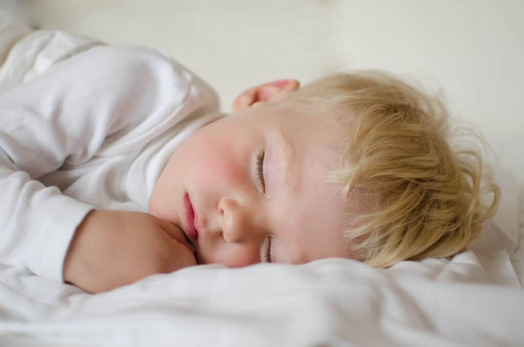 What's the right bedtime for a 2 year old? How to figure out the perfect bedtime for your 2 year old & create a daily routine for better sleep and nap time.